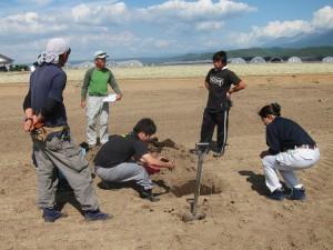 写真1 穴掘りから始まる土壌診断